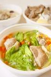 Sopa da carne de porco com repolho, milho e cenoura Fotos de Stock