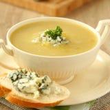 Sopa da cebola com aipo e pão cortado com queijo azul Fotos de Stock