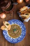 Sopa da cebola com pão torrado em uma placa, vista superior do queijo fotos de stock royalty free