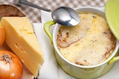 Sopa da cebola com queijo e pão derretidos na parte superior fotos de stock