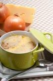 Sopa da cebola com queijo e pão derretidos na parte superior fotografia de stock royalty free