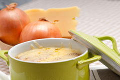Sopa da cebola com queijo e pão derretidos na parte superior foto de stock royalty free