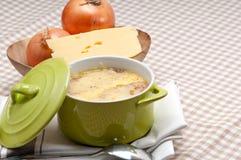 Sopa da cebola com queijo e pão derretidos na parte superior Imagem de Stock