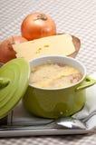 Sopa da cebola com queijo e pão derretidos na parte superior Foto de Stock