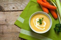A sopa da cenoura com creme, salsa decora e aipo em uma bacia sobre Imagem de Stock