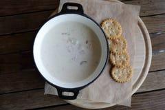 Sopa da clam chowder na tabela Fotos de Stock Royalty Free