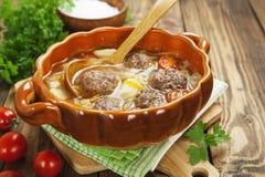 Sopa da couve com almôndegas e tomates Fotos de Stock Royalty Free