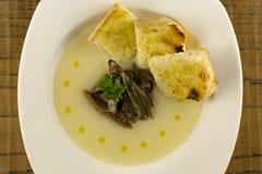 Sopa da couve-flor com cogumelos e brinde Imagens de Stock Royalty Free