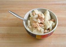 Sopa da galinha e da bolinha de massa na bacia com uma colher Imagens de Stock Royalty Free