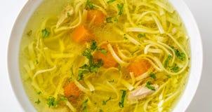 Sopa da galinha ou da carne com macarronetes cenoura e erva da salsa Fotografia de Stock