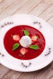 Sopa da morango com gelado e hortelã imagem de stock