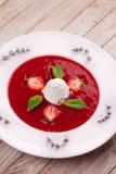 Sopa da morango com gelado e hortelã imagem de stock royalty free