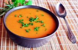 Sopa da nata da abóbora na bacia com salsa Foto de Stock