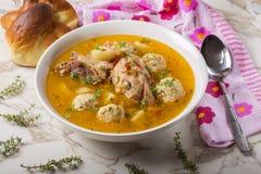 Sopa das almôndegas com carne e ervas da galinha na bacia branca com sp Imagens de Stock Royalty Free