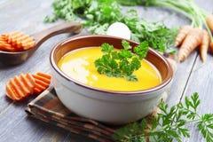Sopa das cenouras no potenciômetro cerâmico fotos de stock royalty free