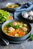 Sopa de Albondigas - sopa mexicana com cebola, alho, abobrinha, aipo da haste e bolas de carne foto de stock