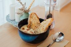 Sopa de batata caseiro na tabela de madeira Fotos de Stock