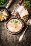 Sopa de batata com crepitações da banha no durk de madeira Foto de Stock Royalty Free