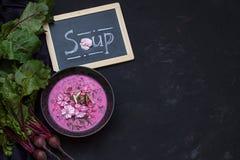 Sopa de beterrabas do vegetariano com as flores Vista superior Copie o espaço Imagem de Stock Royalty Free