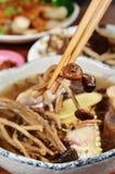 Sopa de champiñones cocida al vapor del aegerita del pollo y del agrocybe Fotografía de archivo