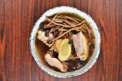 Sopa de champiñones cocida al vapor del aegerita del pollo y del agrocybe Fotografía de archivo libre de regalías