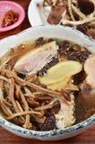 Sopa de champiñones cocida al vapor del aegerita del pollo y del agrocybe Imagen de archivo