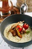 Sopa de champiñones con ajo y Cherry Tomato Fotos de archivo