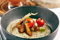 Sopa de champiñones con ajo y Cherry Tomato Imágenes de archivo libres de regalías