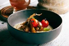 Sopa de champiñones con ajo y Cherry Tomato Fotografía de archivo libre de regalías