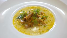 Sopa de champiñones con los mízcalos y las setas salvajes - menú del almuerzo del restaurante metrajes