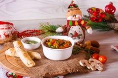 Sopa de cocido húngaro con los palillos y la decoración del queso Fotos de archivo libres de regalías