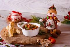 Sopa de cocido húngaro con los palillos y la decoración del queso Foto de archivo libre de regalías