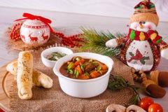 Sopa de cocido húngaro con los palillos y la decoración del queso Imagen de archivo libre de regalías
