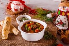 Sopa de cocido húngaro con los palillos y la decoración del queso Fotos de archivo