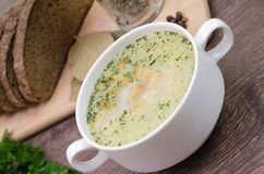A sopa de cogumelo com pão torrado em um prato branco está em uma tabela de madeira Foto de Stock Royalty Free