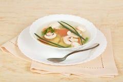 Sopa de cogumelo, prato, colher e guardanapo Foto de Stock Royalty Free