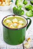 Sopa de creme caseiro com brócolis e pão torrado Foto de Stock