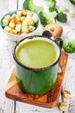 Sopa de creme caseiro com brócolis e pão torrado Fotografia de Stock