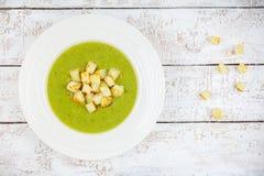 Sopa de creme caseiro com brócolis e pão torrado Imagens de Stock Royalty Free