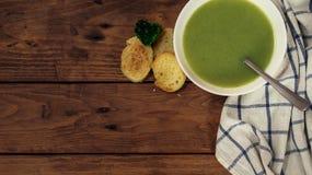 Sopa de creme com pão torrado, espaço dos brócolis da cópia para o texto Imagem de Stock Royalty Free