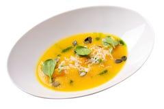 Sopa de creme da abóbora com queijo, verdes e sementes de abóbora Imagens de Stock Royalty Free