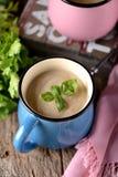 Sopa de creme da galinha com queijo na caneca Fotografia de Stock Royalty Free