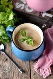 Sopa de creme da galinha com queijo na caneca Fotos de Stock Royalty Free