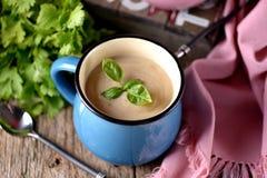 Sopa de creme da galinha com queijo na caneca Imagens de Stock Royalty Free
