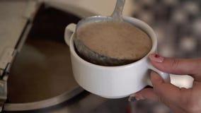 Sopa de creme de derramamento da mulher vídeos de arquivo