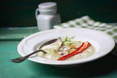 Sopa de creme do abobrinha com pimenta vermelha, creme, especiarias e creme balsâmico Imagens de Stock Royalty Free