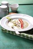 Sopa de creme do abobrinha com pimenta vermelha, creme, especiarias e creme balsâmico Imagem de Stock Royalty Free