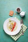 Sopa de creme do abobrinha com pimenta vermelha, creme, especiarias e creme balsâmico Fotografia de Stock Royalty Free