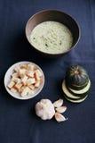 Sopa de creme do abobrinha e do alho com pão torrado Fotos de Stock