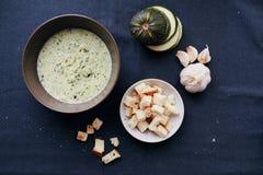 Sopa de creme do abobrinha e do alho com pão torrado Fotografia de Stock Royalty Free